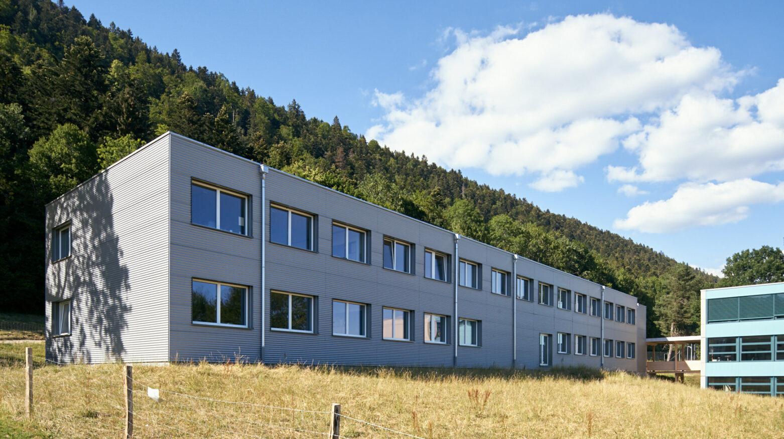 Schulgebäude Cernier 01